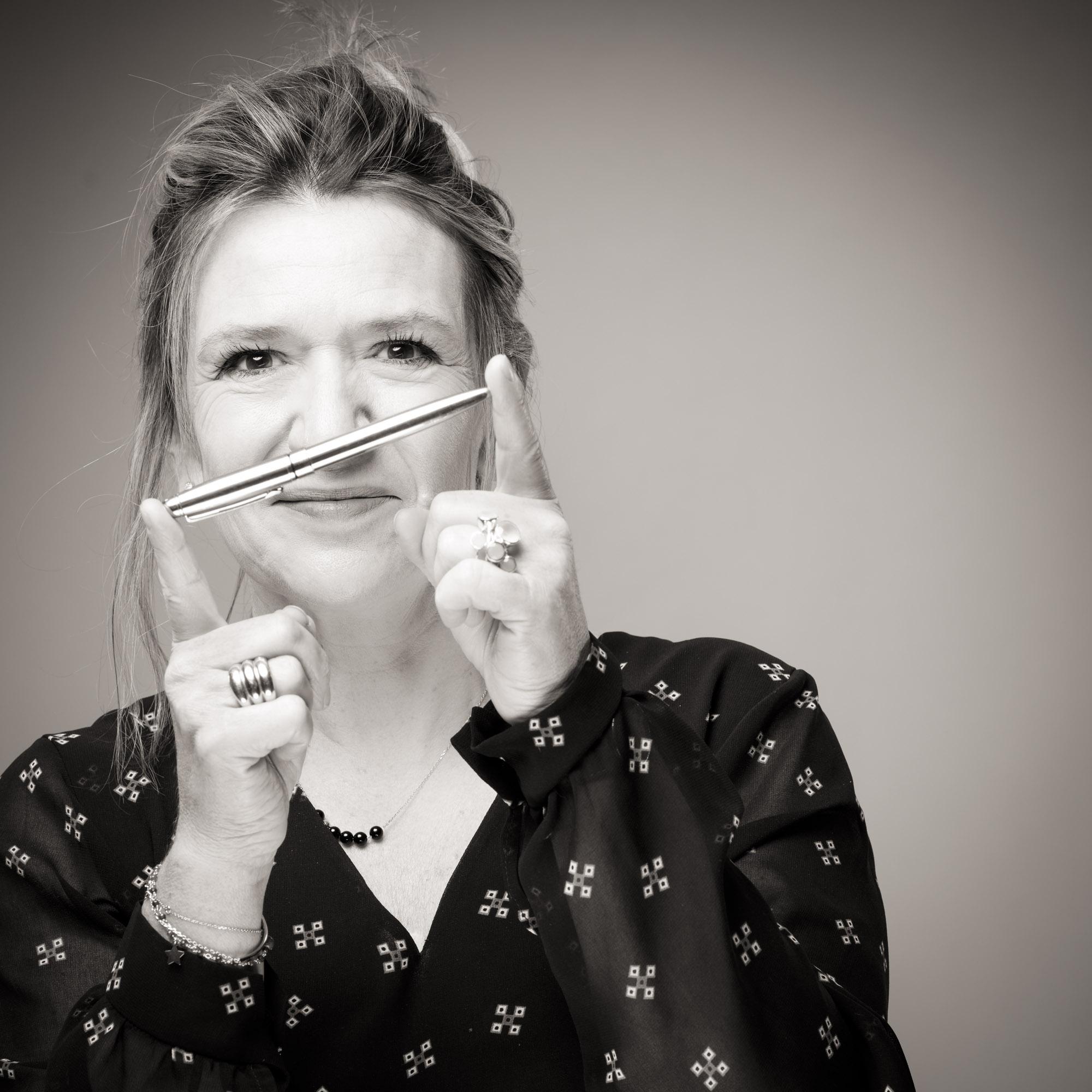 Catherine Delaby jouant avec un stylo