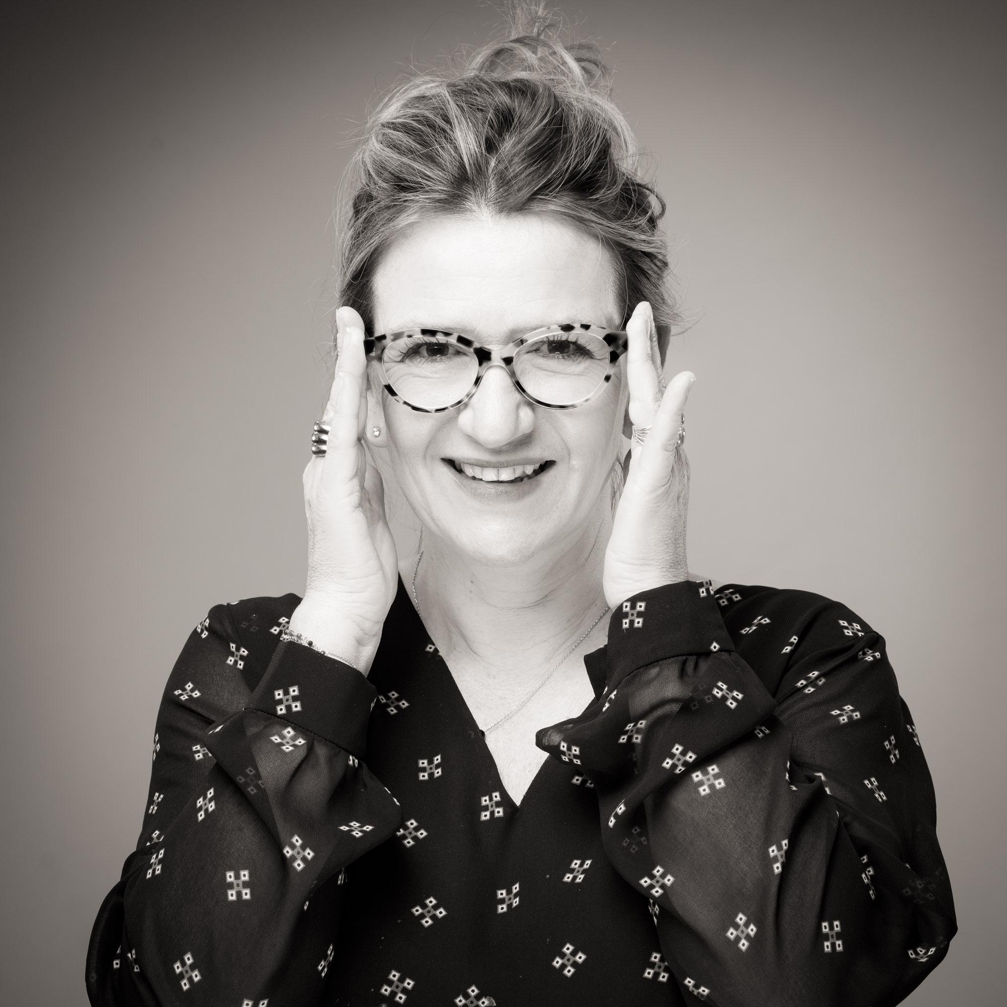 Portrait de Catherine Delaby remettant ses lunettes