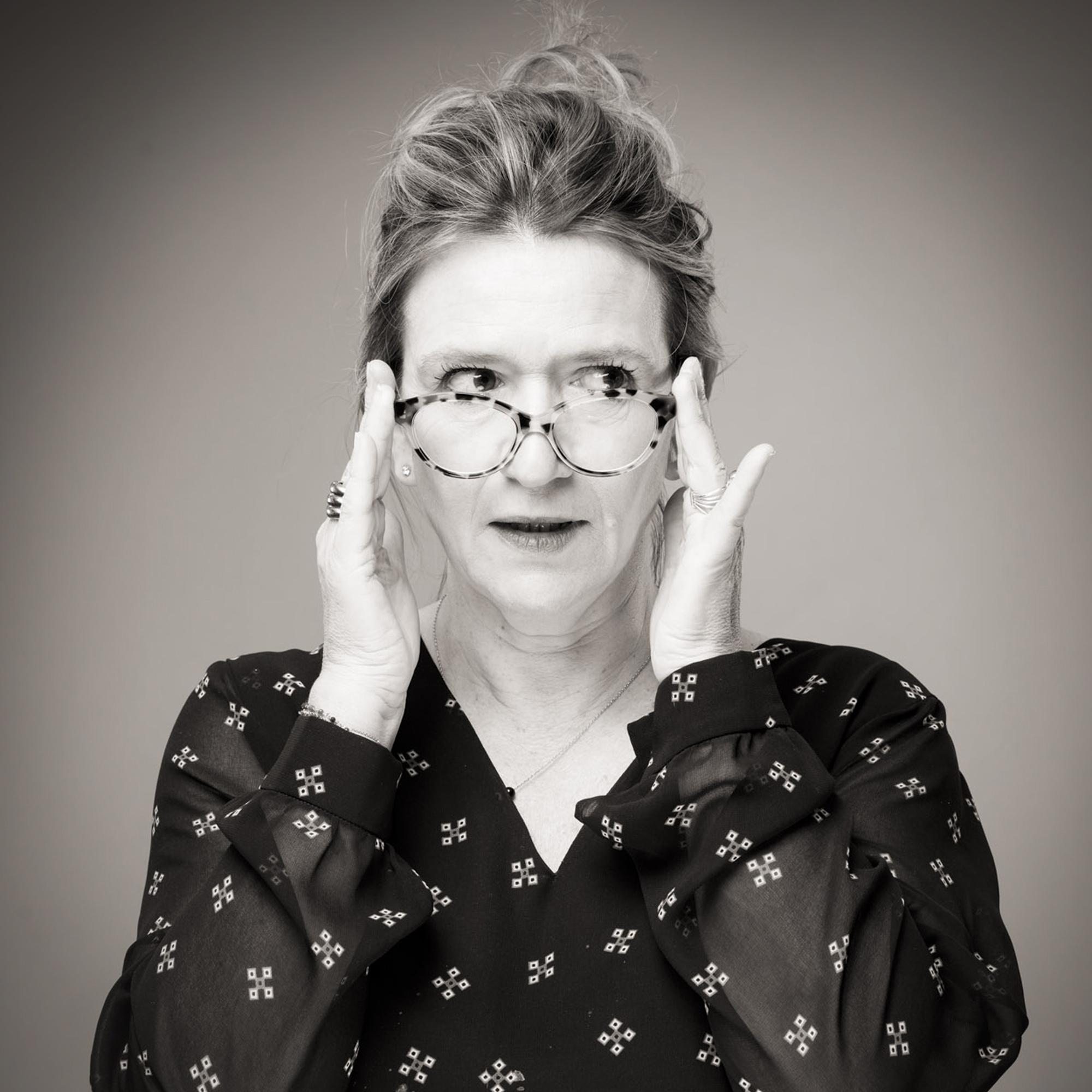 Portrait de Catherine Delaby portant ses lunettes sur le nez